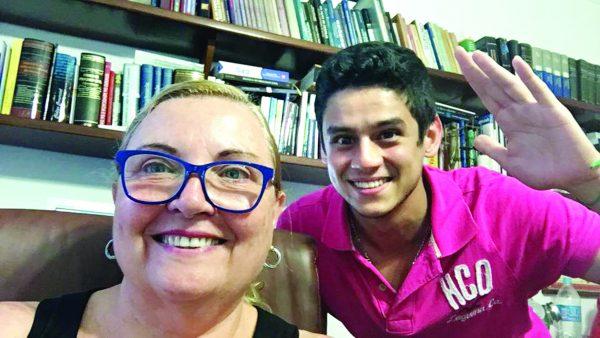 A ilustre advogada Rosângela Negrão com o seu filho querido, agora vereador eleito, Caio Funaki