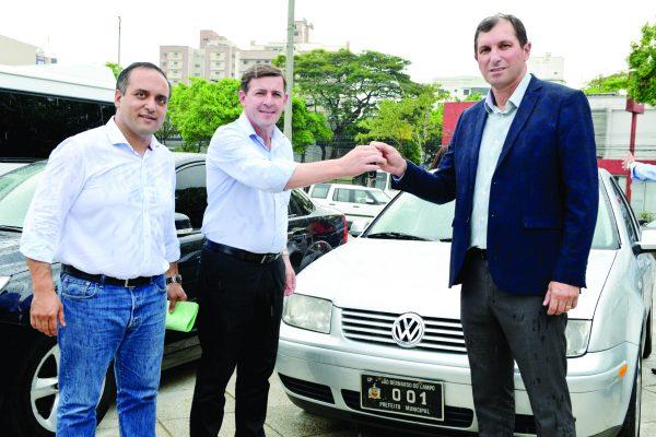 Marcelo Lima e Orlando Morando entregaram os veículos para o secretário de Segurança, Carlos Alberto dos Santos