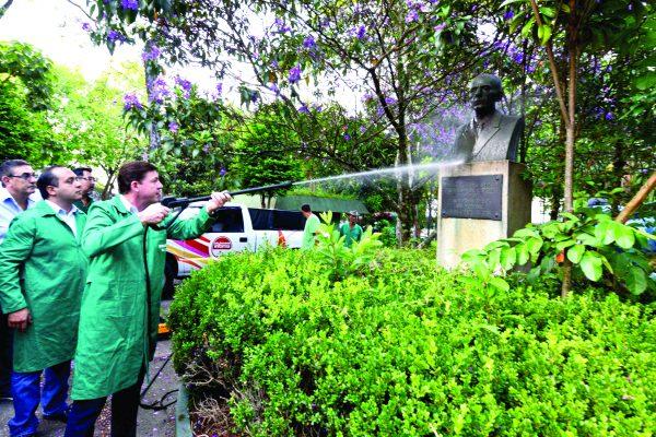 O prefeito Orlando Morando auxiliou na limpeza do busto de Wallace Cockrane Simonsen