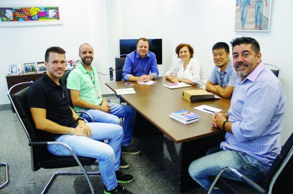 O secretário Beto Vidoski com a equipe do Sesc São Caetano e da Secretaria de Esporte e Turismo