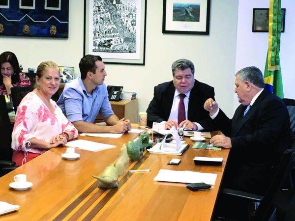 Secretária Regina Gonçalves, prefeito Lauro Michels (PV), ministro Zequinha Sarney (PV) e o deputado federal Arnaldo Faria de Sá