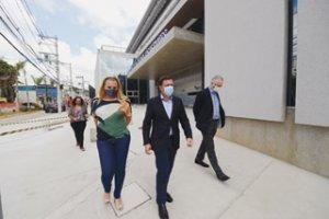 O prefeito Orlando Morando com a deputada Carla Morando inspeciononam as obras do HU
